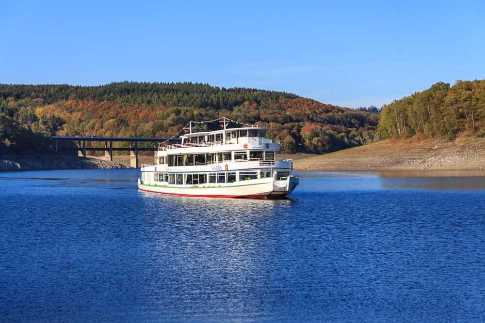 Mit dem Schiff auf einem See ist eine der zahlreichen Unternehmungen im Sauerland
