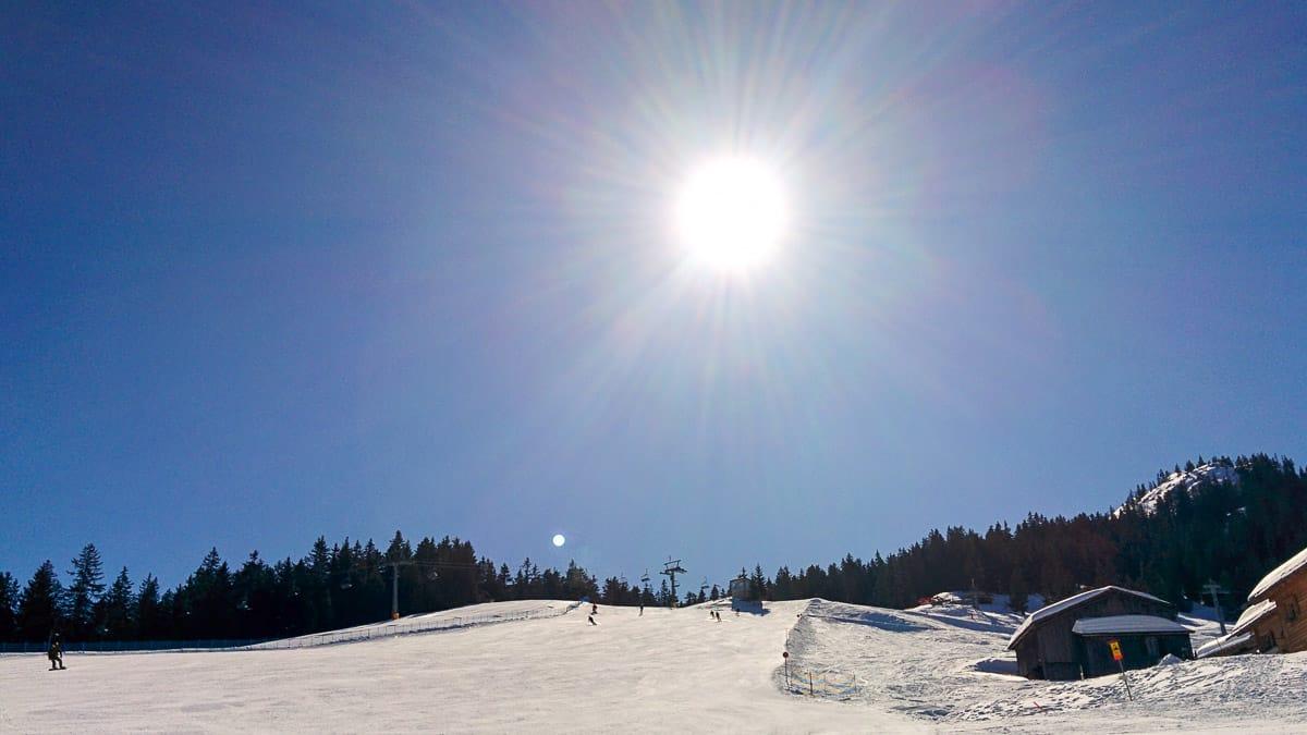 Blick auf einen Skihang beim Winterhang im Sauerland