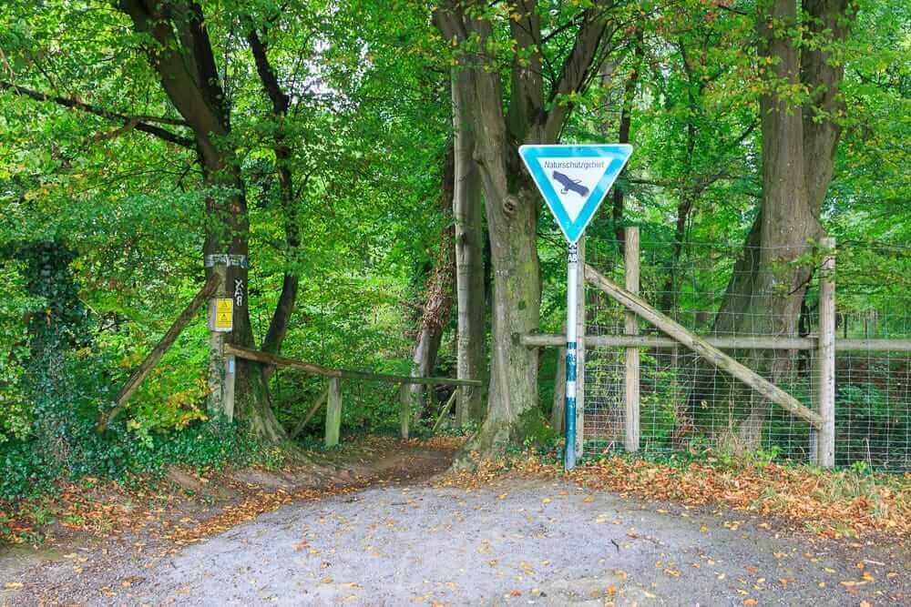 Ein Schild am Eingang des Naturschutzgebiets Felsenmeer in Hemer