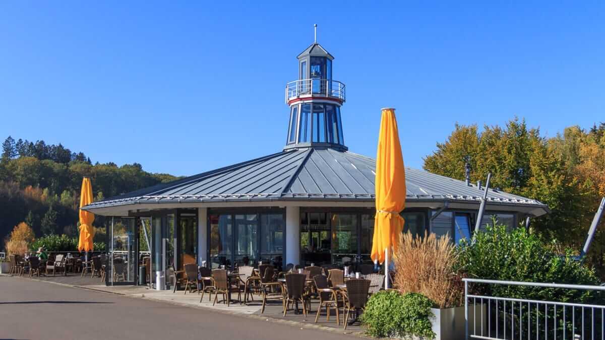 Blick auf den Leuchtturm am Biggesee ein Cafe und Restaurant im Sauerland