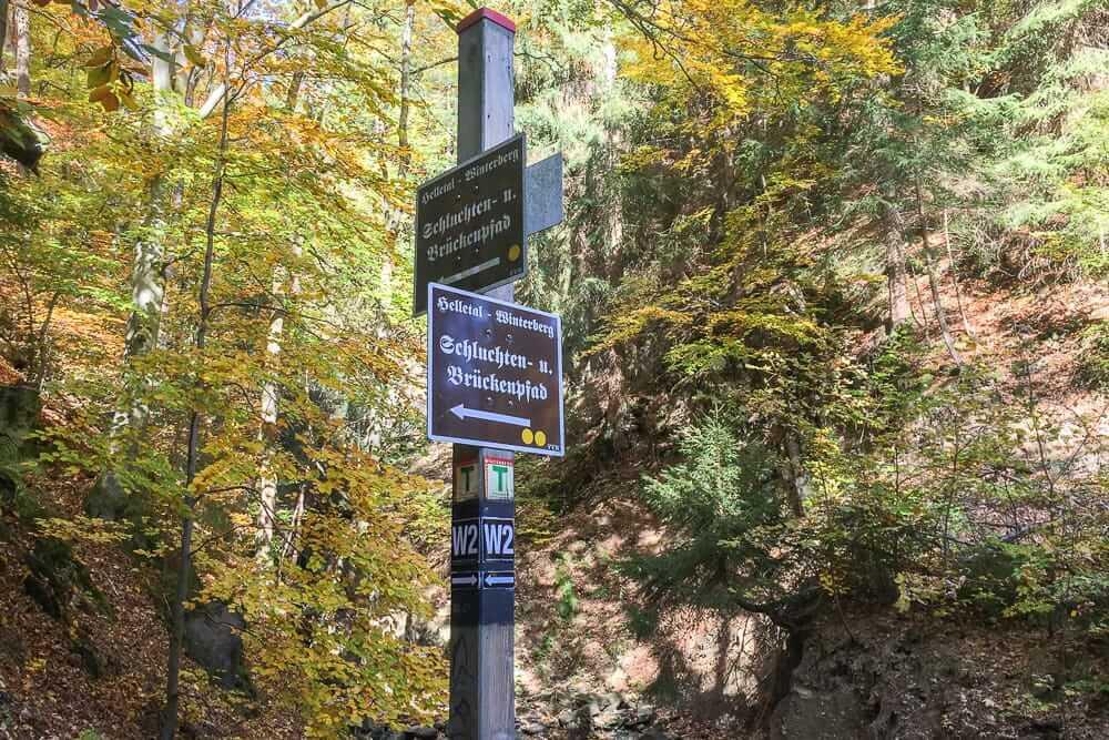 Die praktische Beschilderung auf der Wanderung über den Brücken- und Schluchtenpfad in Winterberg