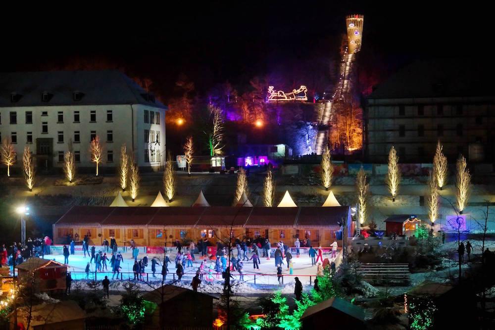 Blick auf die abendlich beleuchtete Eisbahn im Sauerlandpark Hemer