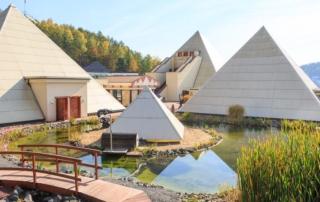 Blick auf die Sauerland Pyramiden im Galileo Park im Sauerland