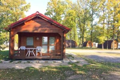 Eine der Campinghütten auf dem Vier Jahreszeiten Campingplatz am Biggesee