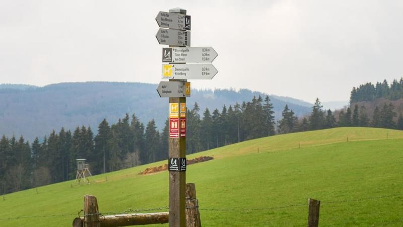 Ein Wegweiser von Fernwanderwegen im Sauerland