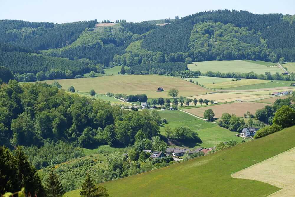 Ausblick auf die Landschaft von den Fernwanderwegen im Sauerland