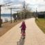 Ein Kind auf dem Fahrrad am Sorpesee im Frühling Ausflugsziel im Sauerland
