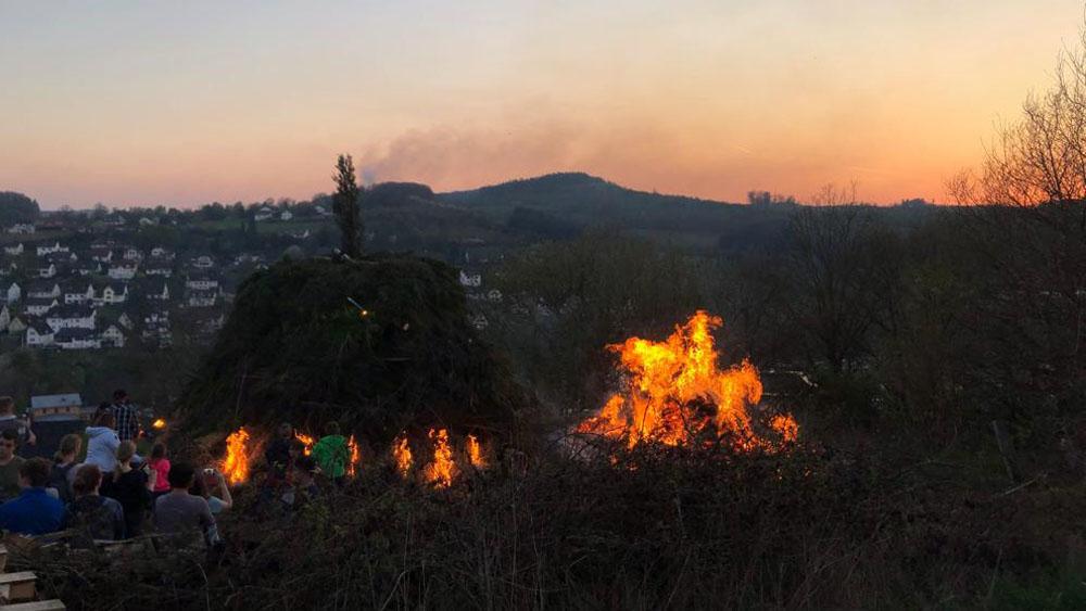 Die Osterfeuer im Sauerland werden mit Fackeln entzündet