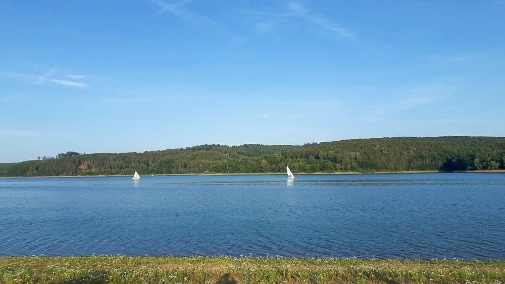 Blick auf zwei Segler auf einem See im Sauerland im Sommer