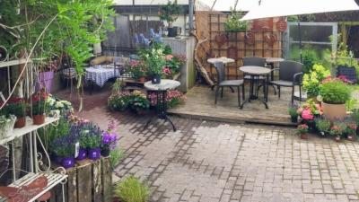 Blumen und Tische im Cafe Löwenzahn in Oeventrop