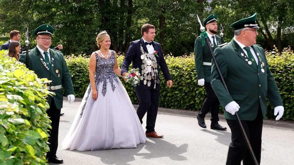 Das Königspaar steht auf einem Schützenfest im Sauerland im Mittelpunkt