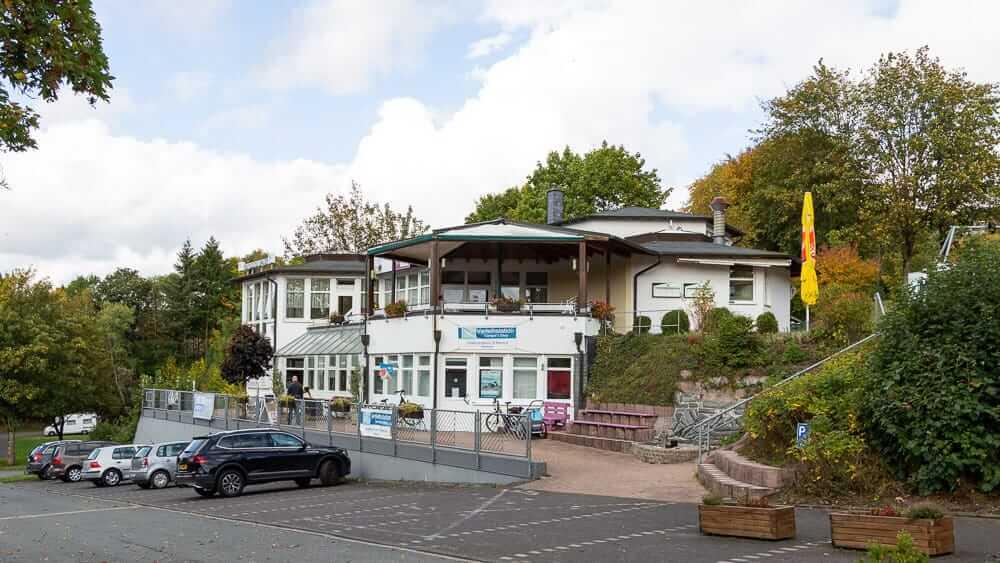 Eingang und Restaurant vom KNAUS Campingplatz am Hennesee