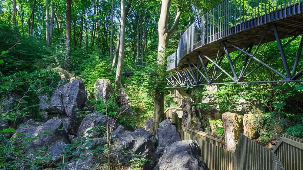 Blick auf die Brücke und den Steg im Felsenmeer Hemer