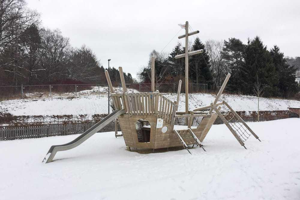 Das Piratenschiff am Airlebnisweg am Sorpesee im Schnee