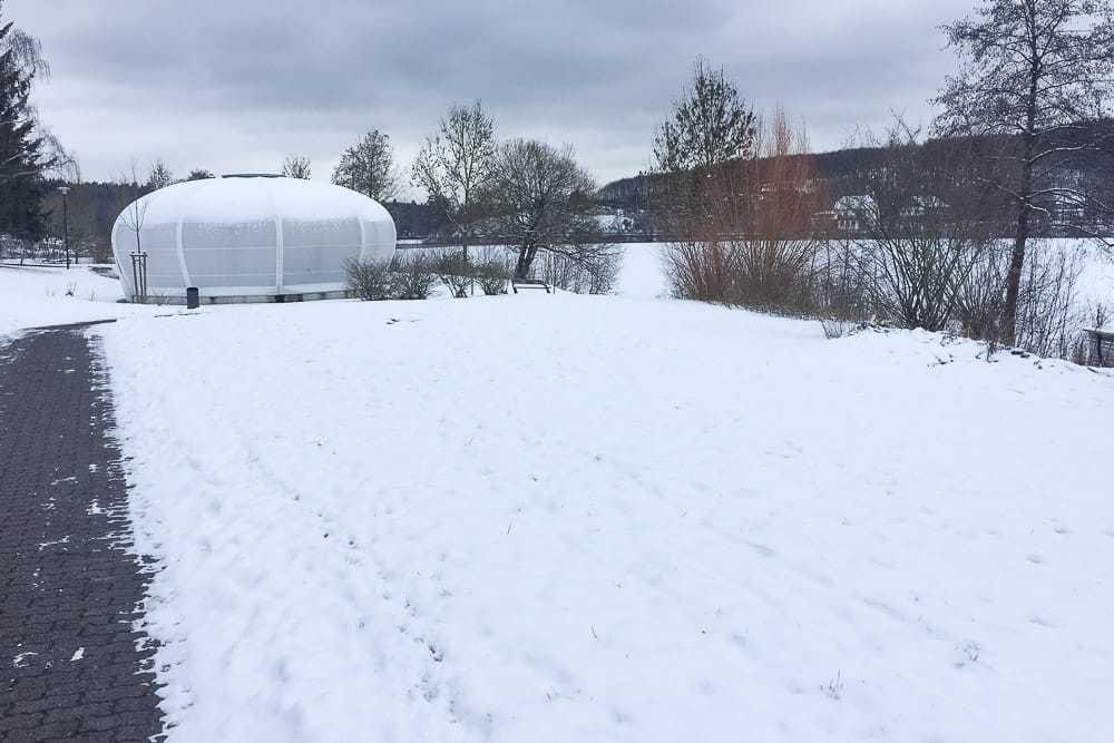 Weisser Pavillon auf dem Airlebnisweg am Sorpesee im Winter