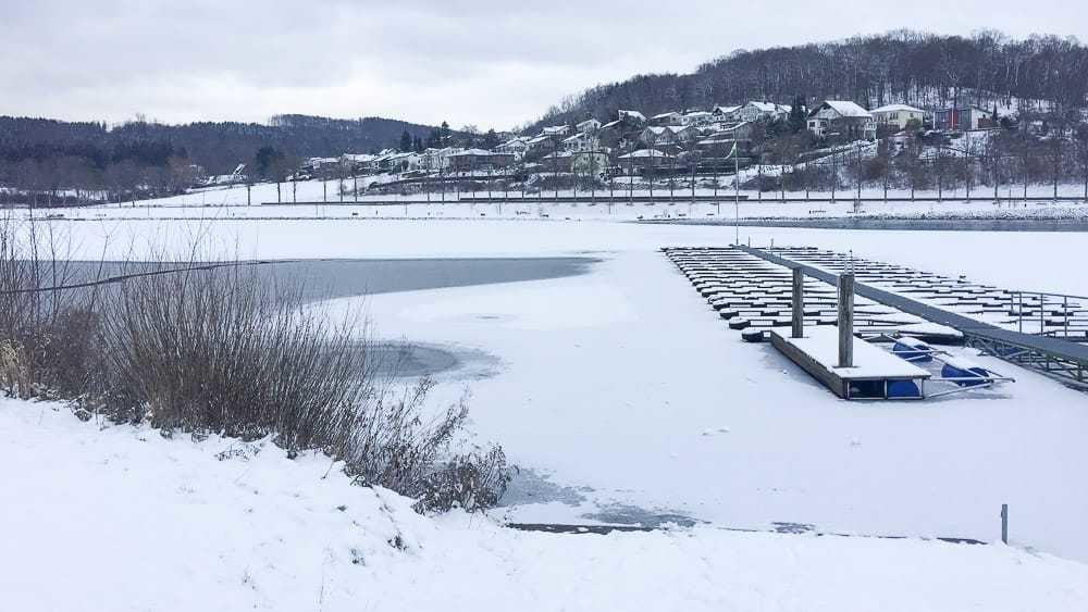 Schneespaziergang auf dem AiRlebnisweg am Sorpesee