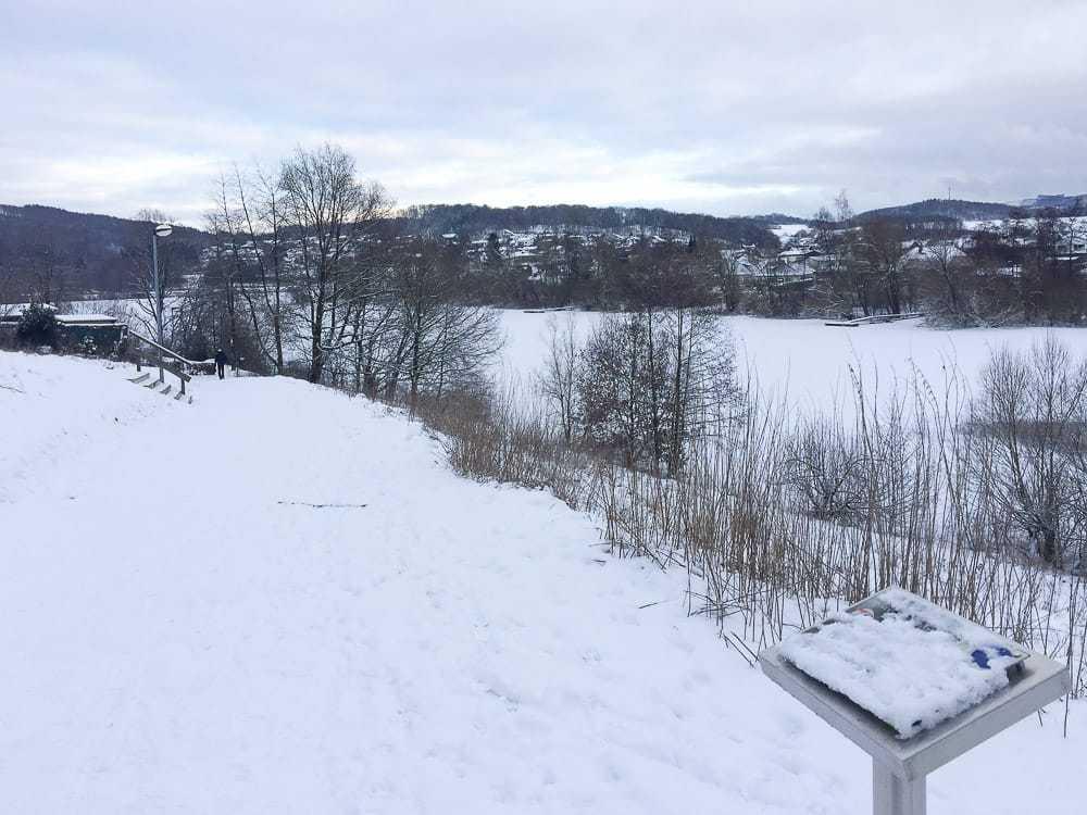 Eingeschneite Stationen am Airlebnisweg Sorpesee im Schnee