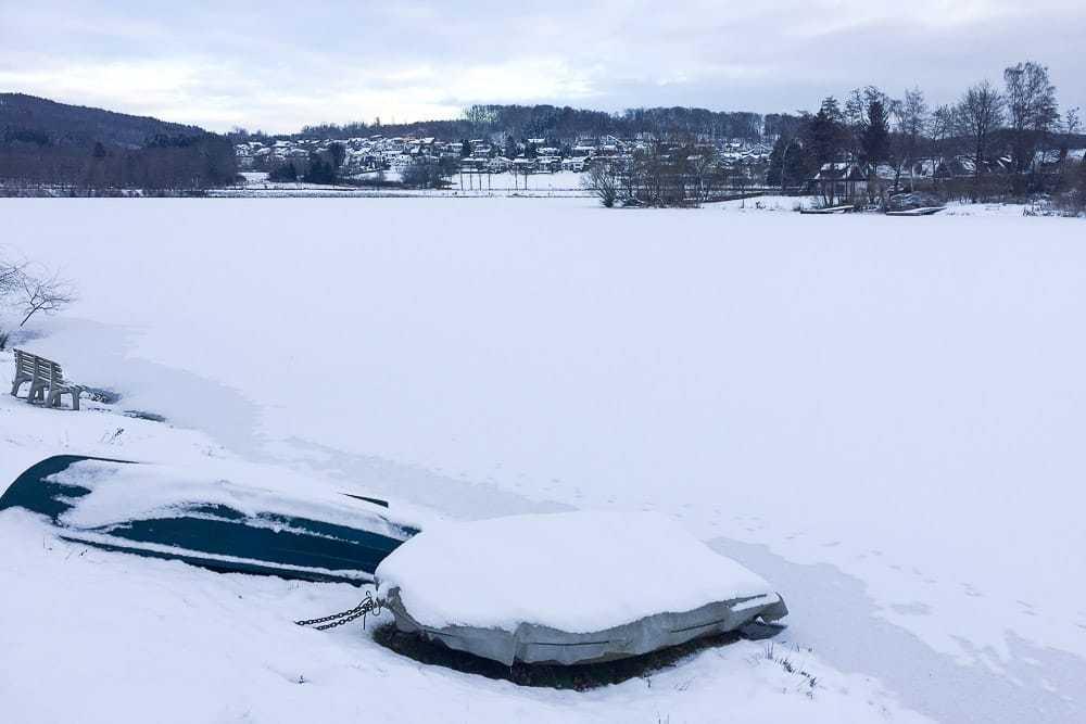 Blick auf den See auf dem AiRlebnisweg am Sorpesee im Schnee